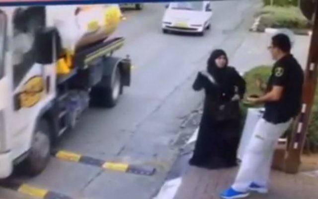 Une Palestinienne sort un couteau de son sac pour poignarder un garde de sécurité à l'entrée de Beitar Illit, dans le sud de la Cisjordanie, le 8 novembre 2015. (Crédit : capture d'écran CCTV)