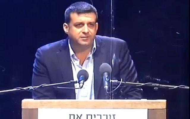 Yonatan Ben-Artzi, petit-fils d'Yitzhak Rabin à un événement commémorant la mort de son grand-père (Crédit : capture d'écran Deuxième chaîne)