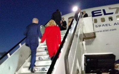 Le Premier ministre Benjamin Netanyahu et son épouse Sara s'envolant  le 30 novembre 2015 pour Paris où le dirigeant israélien doit rencontrer de nombreux chefs d'Etats et de gouvernement  en marge d'une conférence sur le climat (Photo: Raphael Ahren / The Times of Israel)