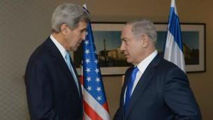 Le Premier ministre Benjamin Netanyahu (à droite) avec le secrétaire d'Etat américain John Kerry, à Berlin, le 22 octobre 2015. (Crédit : Amos Ben Gershom / GPO)