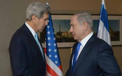 Le Premier ministre Benjamin Netanyahu (à droite) avec le secrétaire d'Etat américain John Kerry, à Berlin, le 22 octobre 2015. (Crédit : Amos Ben Gershom/GPO)