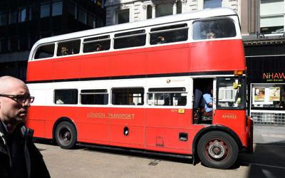 Transports londoniens: Un vieux bus classique à impériale à Londres le 23 avril 2015 (Crédit photo: Gili Yaari / Flash90)
