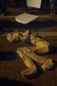 Mannequin symbolisant le lynch du migrant érythréen Haftum Zarhum lors du rassemblement commemorant les 20 ans de l'assassinat d'Itzhak Rabin, le 31 octobre 2015 a Tel Aviv (Photo: Melanie Lidman / Times of Israel)