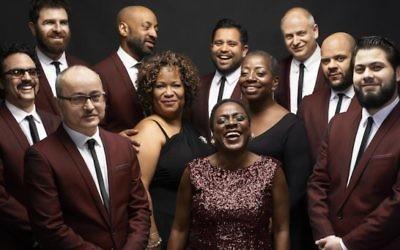 Gabe Roth, à l'extrême gauche, avec son groupe Sharon Jones et les Dap Kings, un groupe de soul rétro avec plusieurs membres juifs. (Crédit : Jacob Blickenstaff via JTA)
