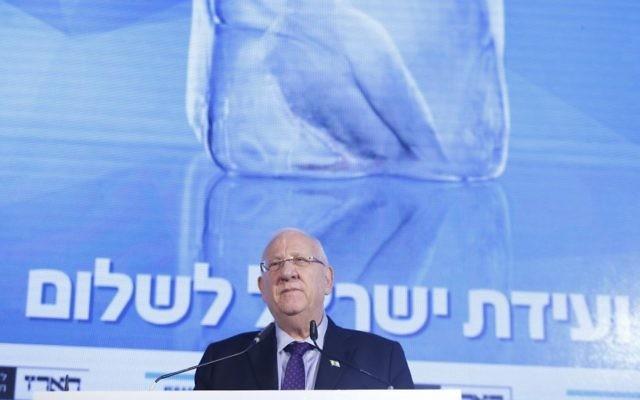 Le président Reuven Rivlin parle à la Conférence de la Paix Israël, parrainé par le quotidien hébreu Haaretz, le 12 novembre 2015 (Crédit : Tomer Appelbaum / Conférence de la Paix Israël)