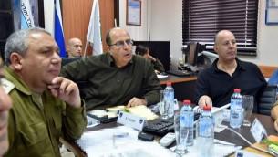 Le ministre de la Defense Moshe Yaalon (au centre) , le chef d'état-major de Tsahal Gadi Eisenkot (à gauche) et le .président de la commission des Affaires étrangères et de la Défense de la Knesset Tzachi Hanegbi lors d'une visite de la Brigade de Judée de Tsahal le 10 novembre 2015 (Photo: page Facebook de Moshe Yaalon)