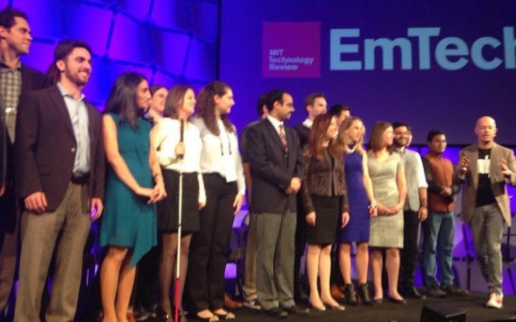 Les 35 innovateurs de moins de 35 ans choisis par le MIT pour 2015 reçoivent leur prix lors d'une cérémonie spéciale au EmTech, le 4 novembre 2015 (Autorisation MIT Technology Review)