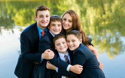 Ezra Schwartz (à gauche), qui a été assassiné par un terroriste palestinien dans le sud de Jérusalem, le 19 novembre 2015, pose avec ses quatre frères et sœurs à Sharon dans le Massachusetts (Crédit : Facebook)