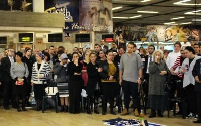 Amis et famille assistent à une cérémonie à la mémoire d'Ezra Schwartz à l'aéroport international Ben Gourion, samedi soir 21 novembre 2015 (Photo: Moti Karelitz / Zaka Tel Aviv)