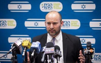Le ministre de l'Éducation Naftali Bennett, dirigeant du HaBayit HaYehudi, lors de la réunion hebdomadaire de son parti à la Knesset, à Jérusalem, le 2 novembre 2015 (Crédit : Miriam Alster / Flash90)