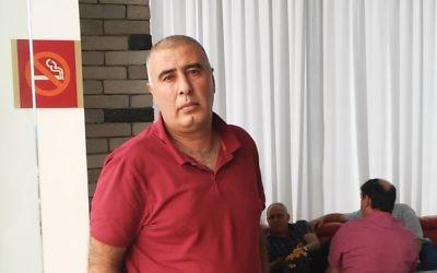 Hamed Zinati, un agent immobilier druze, a passé quatre ans en prison pour un crime qu'il n'a pas commis (Crédit : Simona Weinglass / Times of Israël)