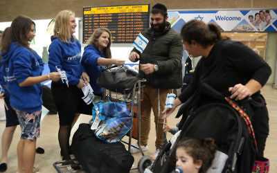 Une famille française juive arrive à l'aéroport Ben Gurion, le 16 novembre 2015 (Crédit : Daniel Bar-On)