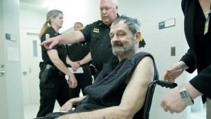 Frazier Glenn Miller, Jr. apparaît à son procès, le 15 avril 2014 au New Century, Kansas. (Crédit : David Eulitt-Pool / Getty Images / JTA)