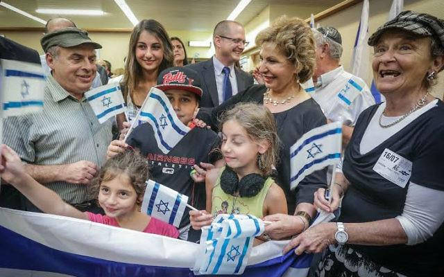 Le président de l'Agence juive, Nathan Sharansky, et la ministre de l'Immigration et de l'Intégration, Sofa Landver, avec une famille arrivant de France en Israël en juillet 2014. (Crédit : David Salem)