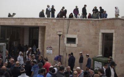 Des militants de droite à la synagogue Ayelet Hashachar dans l'implantation de Givat Zeev, au nord de Jérusalem, le 4 novembre 2015  (Credit photo: Lior Mizrahi / Flash90)