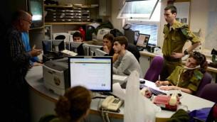 La salle de rédaction de la radio militaire, où travaillent côte-à-côte des soldats du contingent et des civils (Crédit photo: Tomer Neuberg / Flash90)