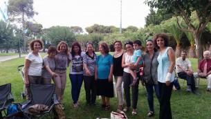 D'anciennes camarades d'école se retouvent (Photo: Noa Shalom)