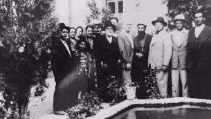 Yitzak Sapir visitant Golpayegan vers 1960 est accueilli par le chef de la communauté Joseph Shalom et d'autres dignitaires (Autorisation Noa Shalom)