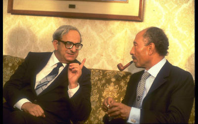 Yitzhak Navon avec le président égyptien Anouar el-Sadate en 1980 (Crédit : GPO)