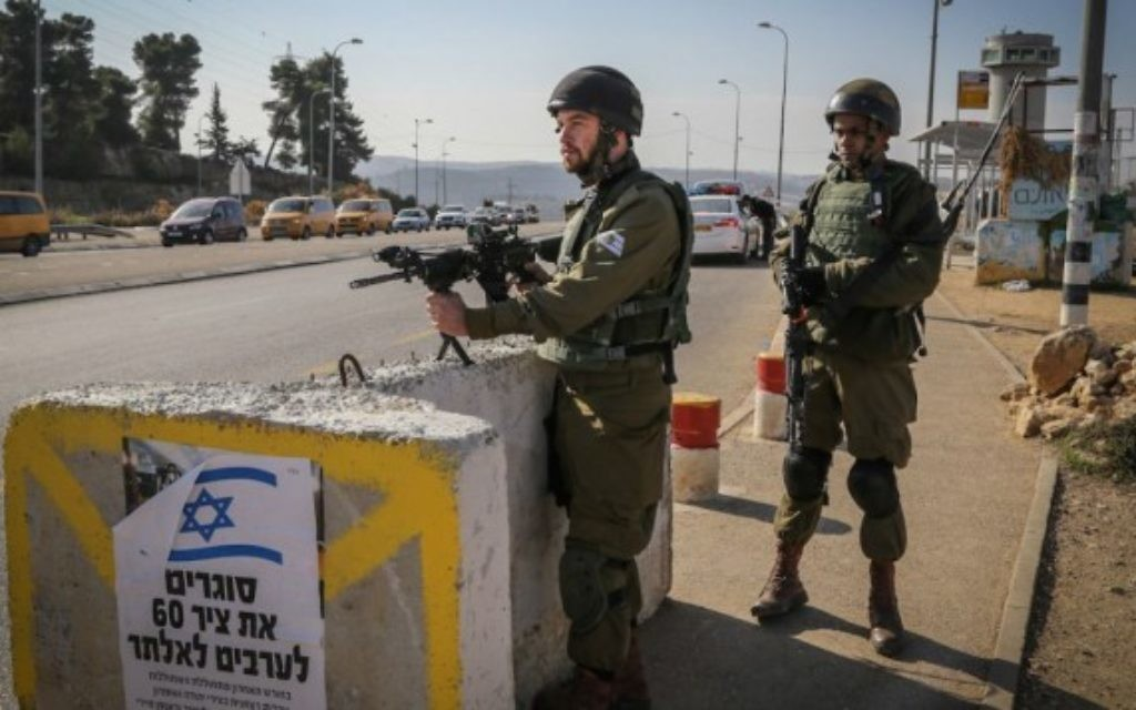 Des soldats israéliens sur l'intersection du Gush Etzion, un point de transit important pour la Cisjordanie, le 23 novembre 2015. Illustration. (Crédit : Gershon Elinson/Flash90)
