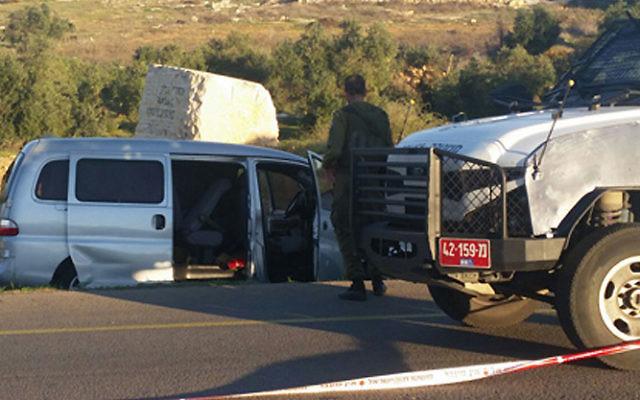 Les forces de sécurité israéliennes sur le site d'une attaque terroriste meurtrière en Cisjordanie le 13 novembre 2015. Le véhicule israélien dans lequel un père et son fils ont été abattus est en arrière-plan sur la photo (Crédit : Capture d'écran Deuxième chaîne)