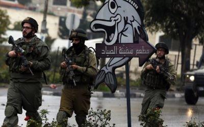 Des soldats israéliens à Hébron, le 6 novembre 2015 (Crédit : Ahmad Gharabli / AFP)