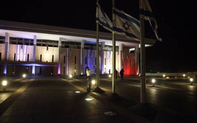 La Knesset aux couleurs du drapeau français suite aux attentats su 13 novembre à Paris (Crédit : Knesset)