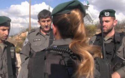 La caporale A. (de dos) de la police des frontières, immigrante de France, qui a neutralisé deux terroristes palestiniens le vendredi 30 octobre 2015 au carrefour Tapuah, en Cisjordanie (Capture d'écran - vidéo de la police israélienne)