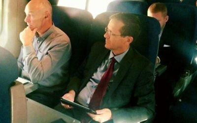 Isaac Herzog en route d'Israël vers Washington, le 8-9 novembre 2015 (Crédit : Facebook)