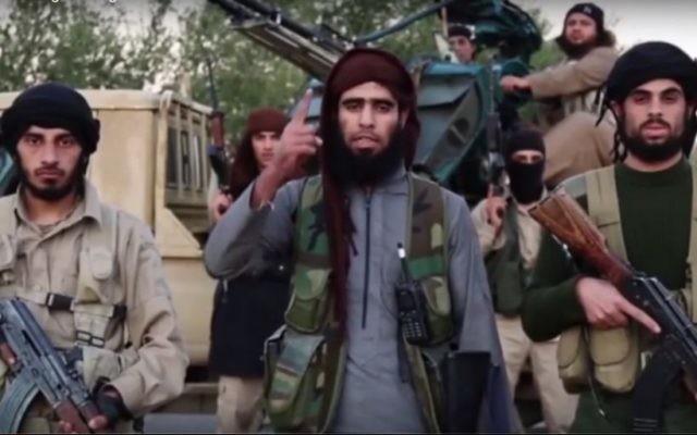 Les terroristes de l'Etat islamique a publié une nouvelle vidéo de propagande le 16 novembre 2015, promettant d'attaquer les pays impliqués dans des frappes aériennes en Syrie (Crédit : Capture d'écran YouTube)