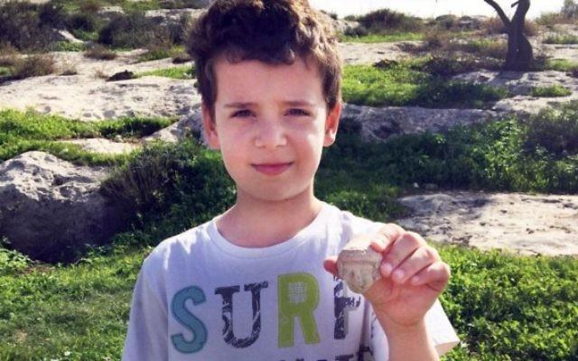 Itai Halperin, 8 ans, et la tête d'une statuette de l'âge de fer qu'il a trouvée en marchant près de Tel Beit Shemesh (Photo: Arik Halperin, Autorisation d'Israel Antiquities Authority)