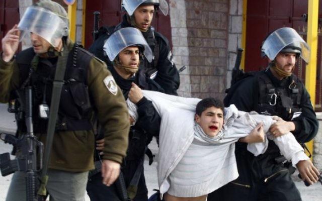 Un jeune Palestinien arrêté par la police des frontières israélienne suite à des affrontements avec les forces de sécurité, février 2010. (Crédit photo: Abir Sultan / Flash90)