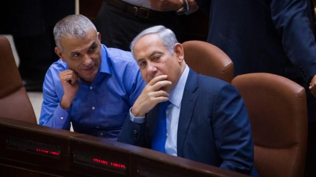Le ministre des Finances Moshe Kahlon (à gauche) et le Premier ministre Benjamin Netanyahu  pendant une session plénière à la Knesset, le 16 novembre 2015.  (Crédit : Miriam Alster / Flash90)