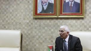 Kamel Hemeid, le gouverneur pour l'Autorité palestinienne de la région d'Hébron, parle avec les journalistes dans son bureau à Hébron le 5 novembre 2015. (Photo: Juda Ari Gross / Times of Israel)