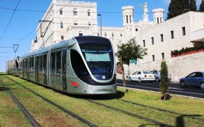 Le tramway de Jérusalem, devant l'Institut pontifical Notre-Dame. (Crédit : Shmuel Bar-Am)