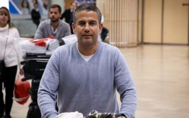 Le député Yinon Magal (HaBayit HaYehudi) arrivant à l'aéroport international Ben Gourion le 30 novembre 2015 (Crédit photo: Flash90)