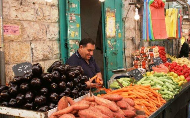 Fruits et légumes au marché Mahane Yehuda de Jérusalem. Illustration. (Crédit : Shmuel Bar-Am)