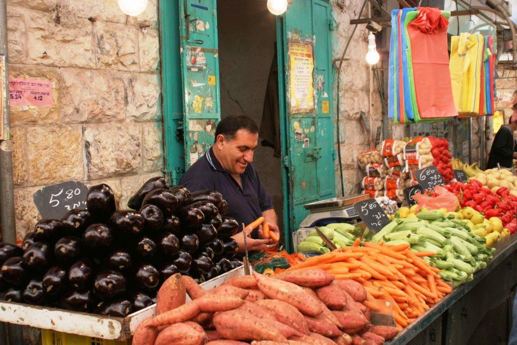 Le marché couvert de Mahane Yehuda (Crédit : Shmuel Bar-Am)