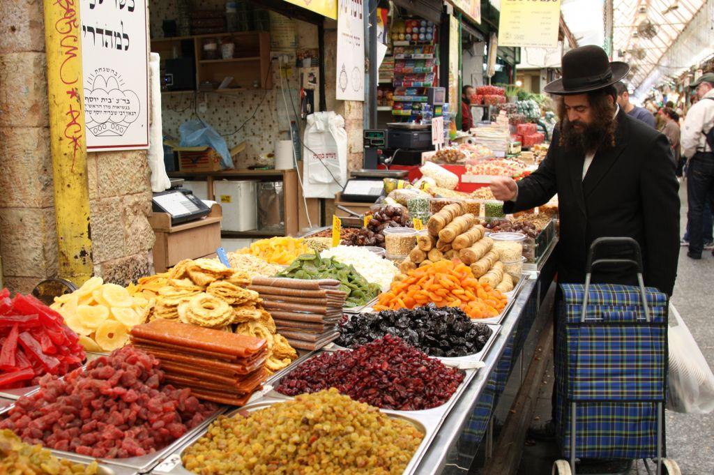 Faire son shopping au marché couvert de Mahane Yehuda (Crédit : Shmuel Bar-Am)