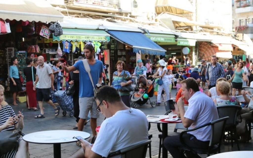 Le marché ouvert Mahane Yehuda n'est pas seulement que pour les fruits et les légumes (Crédit : Shmuel Bar-Am)