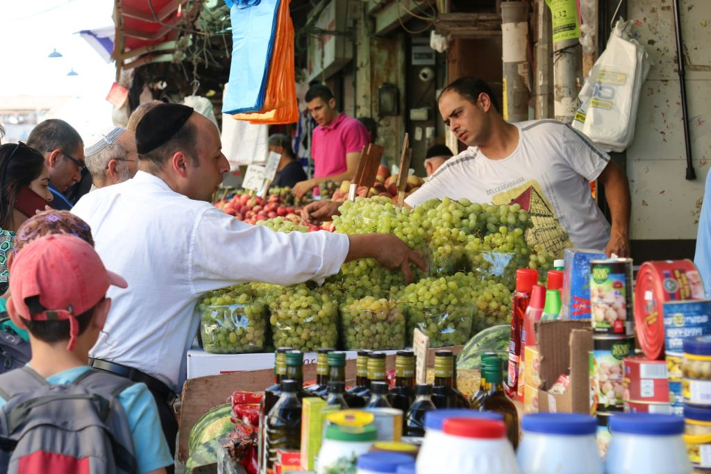 Le marché ouvert Mahane Yehuda (Crédit : Shmuel Bar-Am)