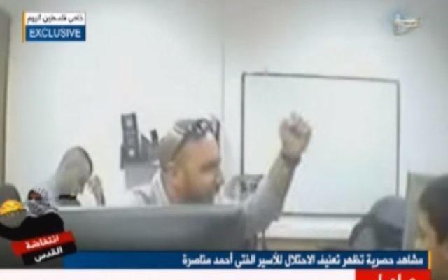 Un policier israélien interroge un adolescent de 13 ans soupçonné de terrorisme, Ahmed Manasra, dans une vidéo divulgué à la presse palestinienne, le 9 novembre 2015 (Crédit : Capture d'écran YouTube)
