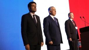 Minute de silence à la Conférence diplomatique du Jérusalem Post, Patick Maisonnave et benjamin Netanyahu (Crédit : Sivan Farag)