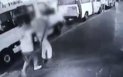 Des images vidéo d'une attaque au couteau à Nahariya le 27 novembre 2015 montre ici l'agresseur poignarder un policier des frontières dans le dos. (capture d'écran : Deuxième chaîne)
