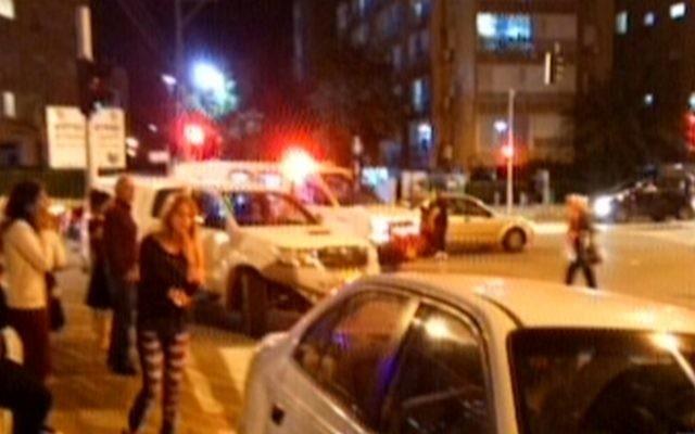 Les secouristes sur les lieux d'une attaque au couteau dans la ville côtière de Netanya le 2 novembre 2015 (Capture d'écran Deuxième Chaîne)
