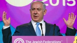 Le Premier ministre Benjamin Netanyahu s'adressant à l'Assemblée générale du JFNA à Washington le 10 novembre 2015 (Crédit : Ron Sachs, JFNA)