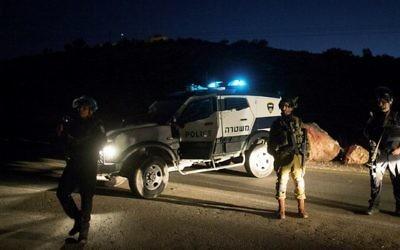 Les forces de sécurité israéliennes près du carrefour d'Otniel , au sud de la ville de Hébron en Cisjordanie, le 13 novembre 2015  (Crédit photo: Yonatan Sindel / Flash90)