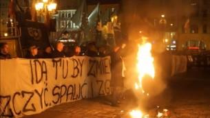 Les manifestants anti-réfugiés brûlent l'effigie d'un Juif orthodoxe lors d'une manifestation à Wroclaw le 18 novembre 2015 (Crédit : Capture d'écran Gazeta Wyborcza)