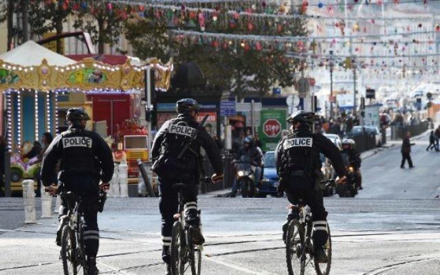Des policiers français patrouillent à vélo sur la Canebière à Marseille, le 14 novembre  2015  (Credit photo:  ANNE-CHRISTINE POUJOULAT / AFP )
