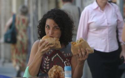 Les Aliments populaires comme le falafel d'Israël ont acquis une réputation internationale en tant que pays de végétalien. (Crédit : Orel Cohen / Flash90)
